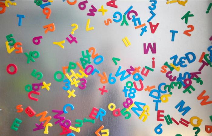 Buchstabenmagnetwand